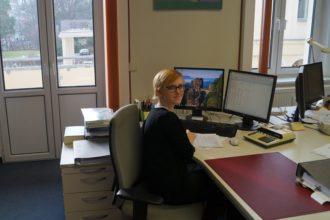 Auszubildende Maria arbeitet an ihrem Schreibtisch
