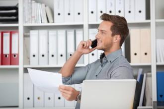 Steuerfachangestellter telefoniert im Büro