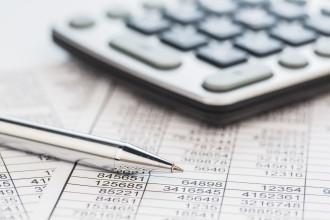Taschenrechner einer Steuerfachangestellten auf der Bilanz liegend
