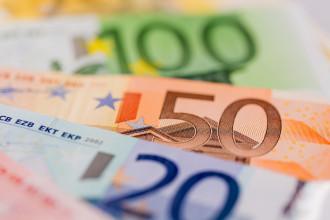 Viele verschiedene Euro Geldscheine. Symbolfoto für Lohn und Gehaltanlage.