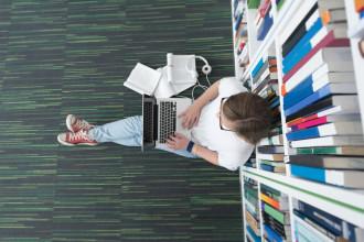 Lernsituation in der Bibliothek im BWL-Studium mit Schwerpunkt Steuern