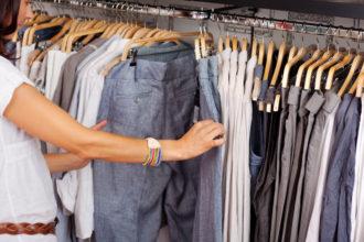 Steuerfachangestellte wählt Kleidung für die Arbeit in der Kanzlei