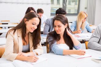 Zwei angehende Steuerfachangestellte im Unterricht an der Berufsschule