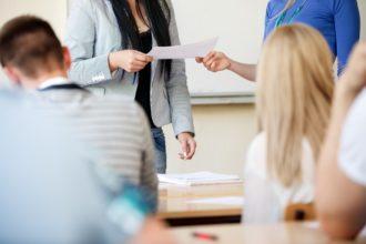 Übergabe von Aufgaben an eine Studentin