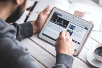 Videos Steuerfachangestellter auf dem Tablet